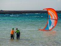 Entrando en el agua con el kite