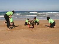 Ejercicios de calentamiento en la arena.