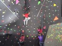 头油执导攀爬Evolucionando作为登山者爬墙
