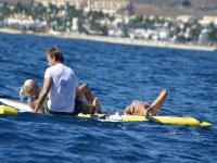 Protégete del sol durante la práctica de deportes acuáticos.