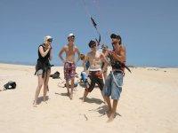 Clase de kitesurf en la arena.