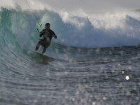 Kitesurf entre olas de infarto