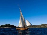 儿童在梅诺卡岛全天航行