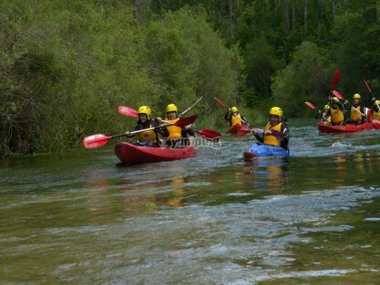 realizando piraguas y canoa