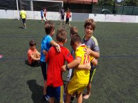 Abrazados en el campo de futbol