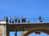 Al otro lado de la barandilla del puente
