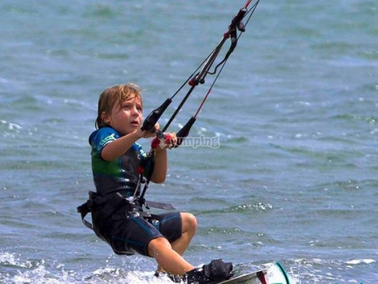 Peque dominando el kitesurf
