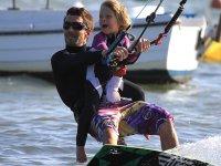 Kitesurf为儿童海滩Los Narejos骑行