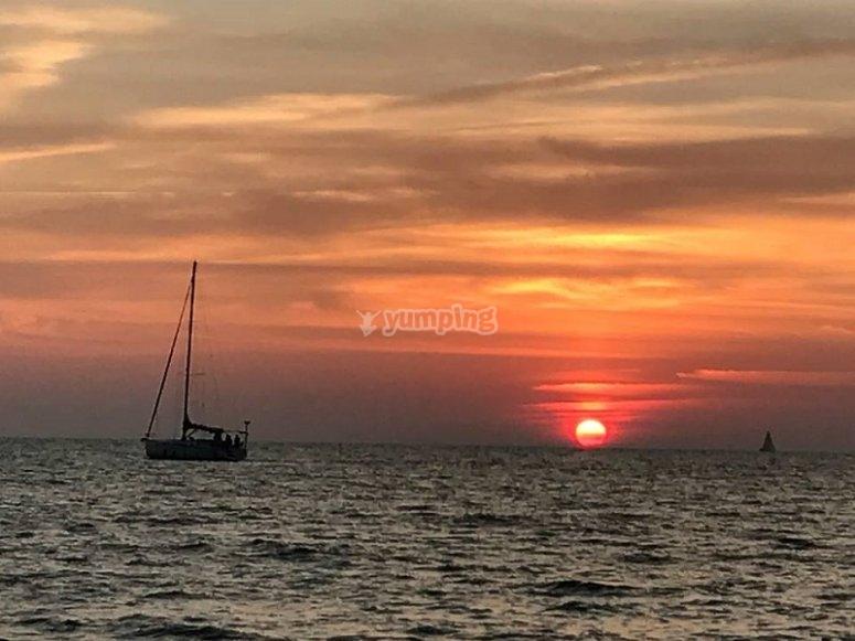 Navegar bajo la puesta d sol en Cádiz