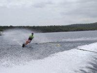 Recorriendo Menorca con esquís acuáticos