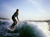 Surfeando las mejores olas de Menorca