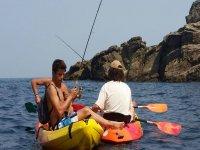 Lanzando la caña para pescar desde los kayaks