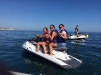 disfrutando del mar en moto triple