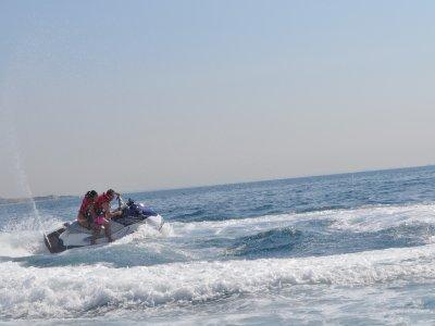 在坎布里尔斯乘坐水上摩托艇游览,20分钟