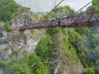 Salto desde la superficie del puente