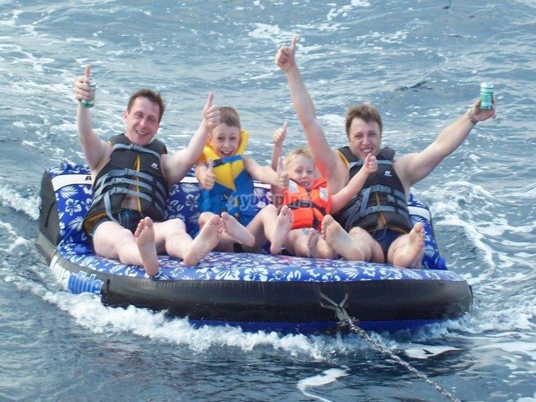 Padres e hijos en el inflable