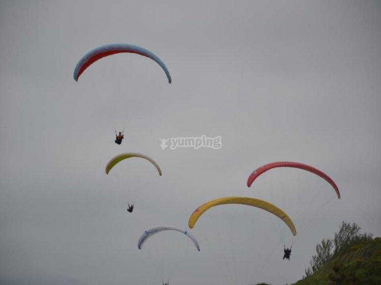 Grupo de parapentes volando sobre Bizkaia