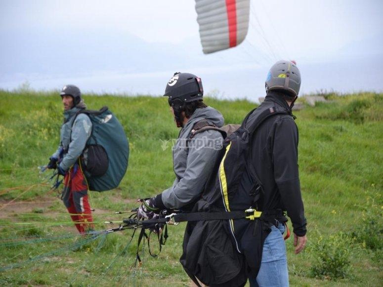 Preparando el vuelo en parapente en Bizkaia