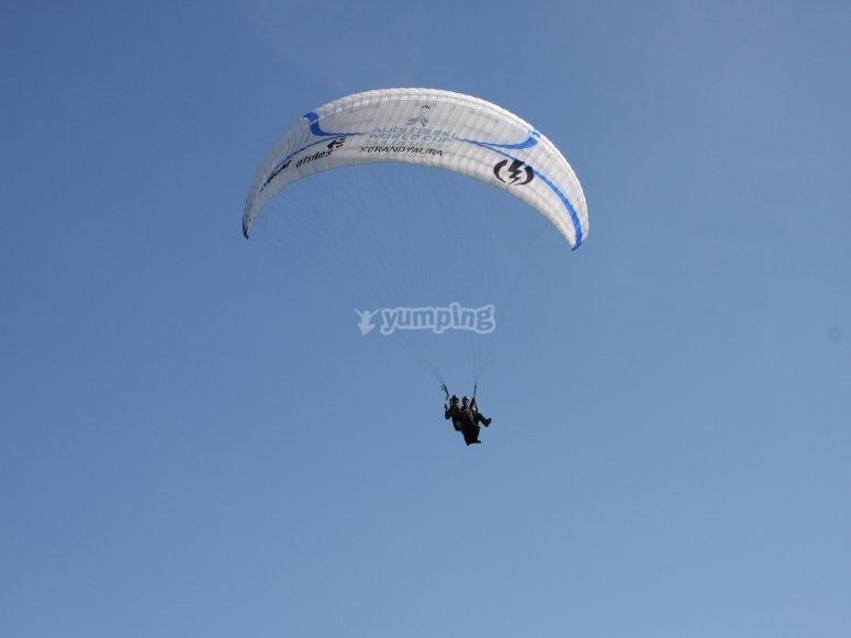 Volando en parapente en Vizcaya