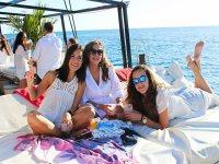 和朋友一起在船上晒日光浴