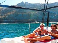 在我们航行时情侣享受日光浴