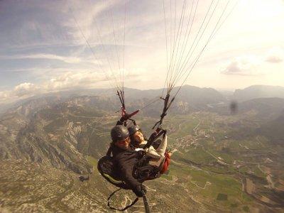 在伊瓜拉达滑翔伞飞行10分钟