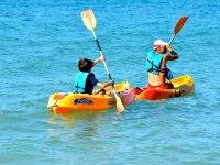 Kayaks individuales en el mar