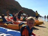 Preparando los kayaks en la playa de Conil