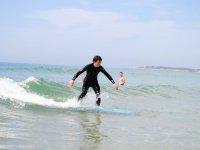 En la tabla de surf cubierta por el agua