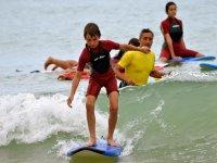 Vigilando al joven surfista