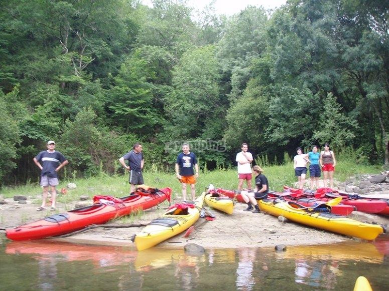 Grupo de kayaks en el curso