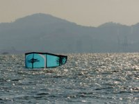 风筝落在海面上