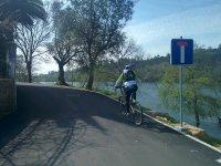 en bicicleta junto al rio mino