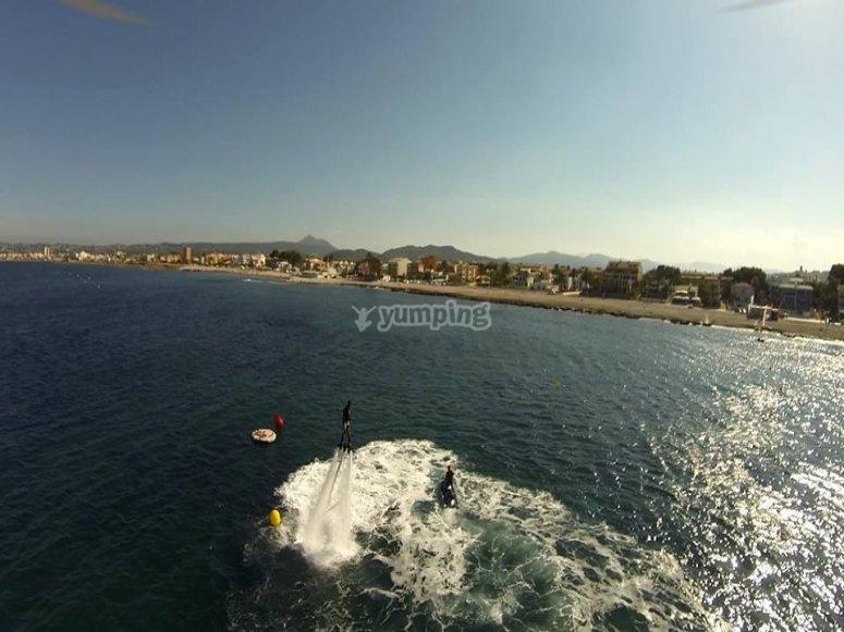 sobrevolando el mar en flyboard