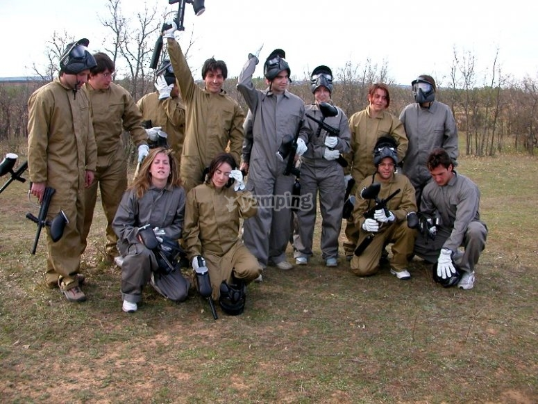 Grupo de amigos en paintball