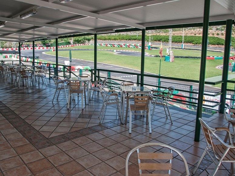 Cafetería con terraza circuito de karts