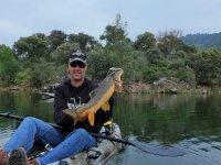 Sujetando la captura desde el kayak