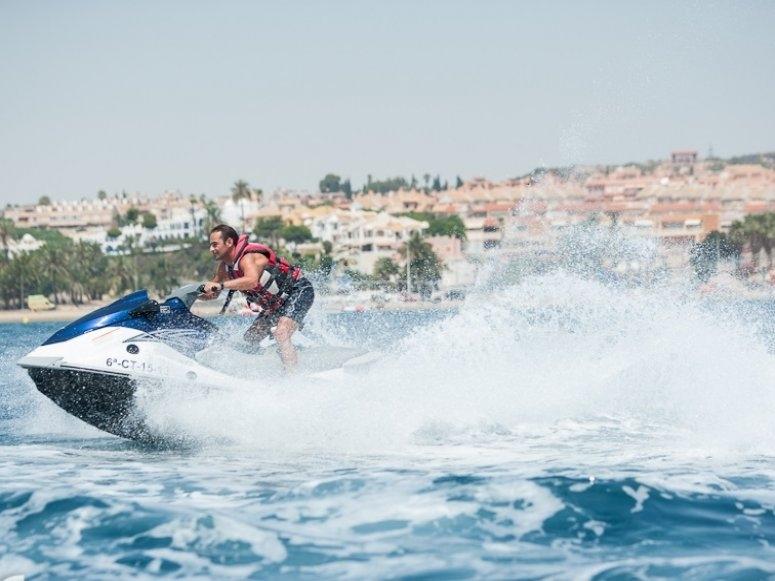 Probando el limite de la moto nautica