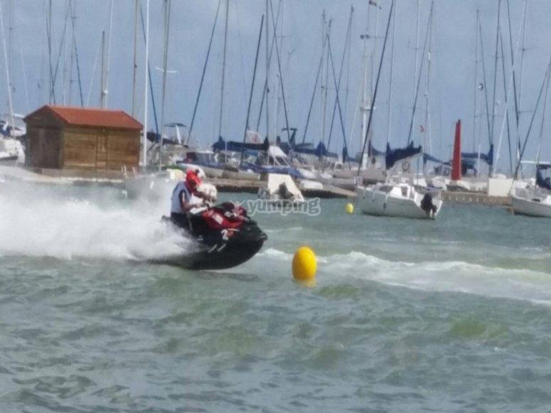 Saliendo del puerto con la moto de agua