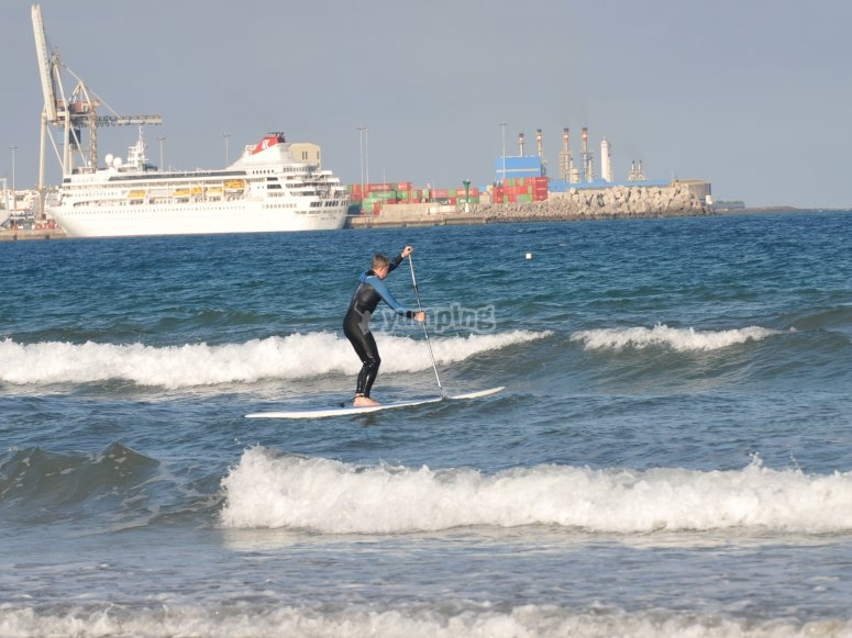 Aprendiendo paddle surf en ola