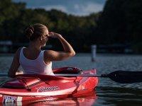 Admirando las vistas desde la canoa