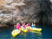 Descubre las cuevas de la zona remando