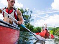 Remando en la ruta en kayak