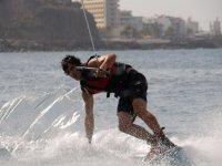 chico practicando wakeboarding