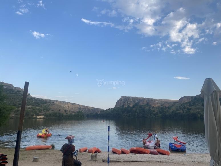 Embarcaciones en la orilla del lago de La Serranilla