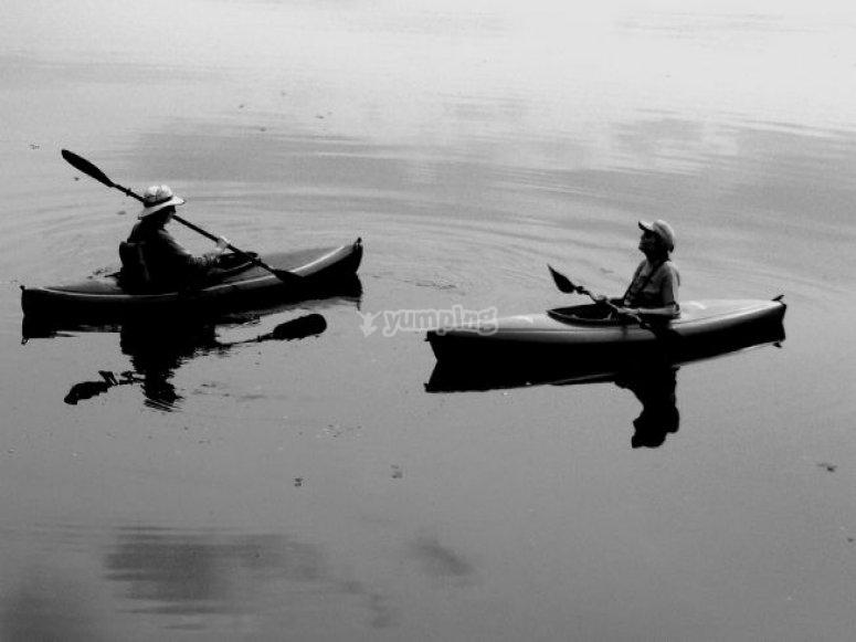 Una pareja en kayak en un lago