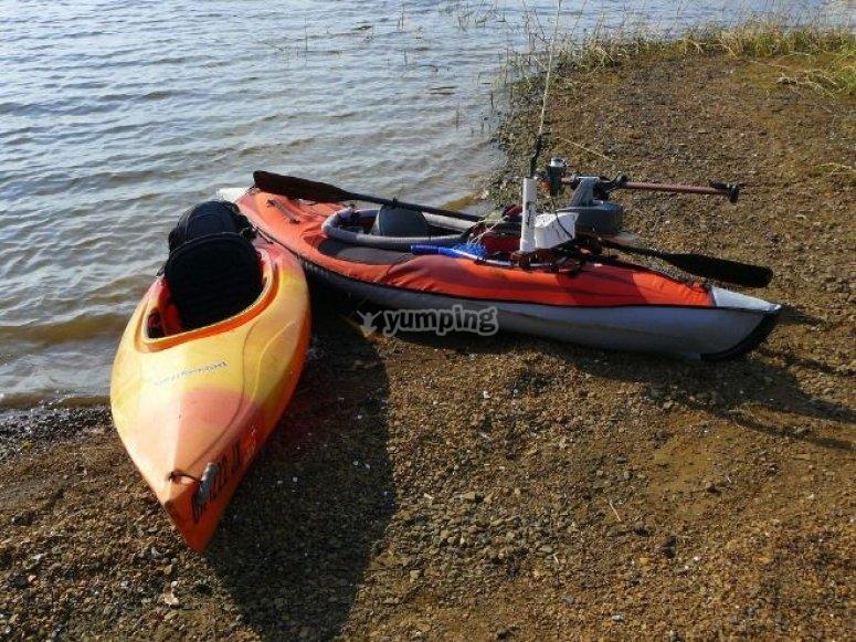 dos embarcaciones de kayaks junto a la arena