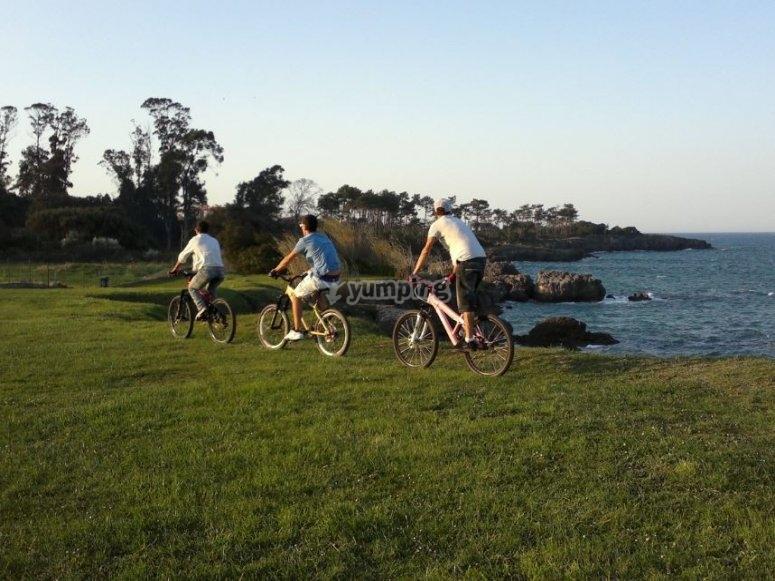 Ciclistas en el campo
