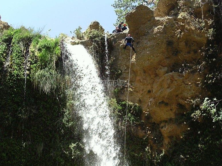 Rappel junto a la cascada