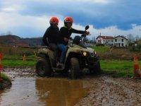在泥地上行驶